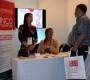 Valeria Osorio y Kathy Cartes (al centro), explican la labor de CINCO Emprende a los visitantes.