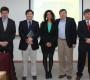 Los graduados junto a integrantes de la comisión examinadora.