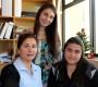 Javiera Betancurt, primera matriculada en Contador Auditor, junto a su madre y la jefa de Carrera, Vanessa Vergara.